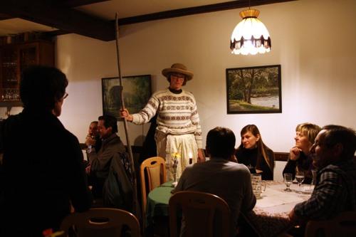 Die Gäste lauschen den Geschichten von Frau Harke.