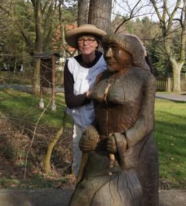 Frau-Harke-an-der-Harke-Statue-in-Kamern