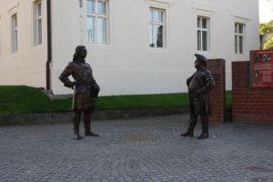 Skulptur auf dem Domplatz in Havelberg als Erinnerung an das Treffen mit Zar Peter und dem Preußenkönig
