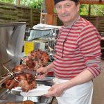 Manfred Hippeli beim Zubereiten von Gebratener Schweinekeule